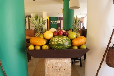 Colorido del hotel con frutas frescas