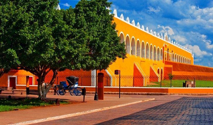 Edificios pintados de color amarillo