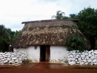 Vista exterior de una casa Maya en Yucatán