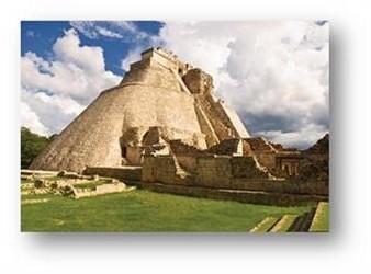 Piramide theadivino dans le site archéologique dUxmal