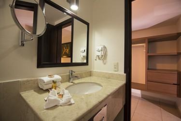 Baño con espejo de vanidad