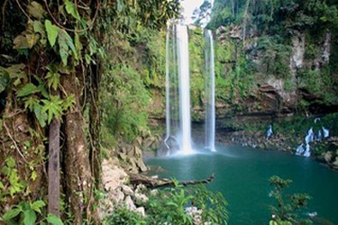 Cascada de 25 metros de altura, famosa por ser escenario de películas