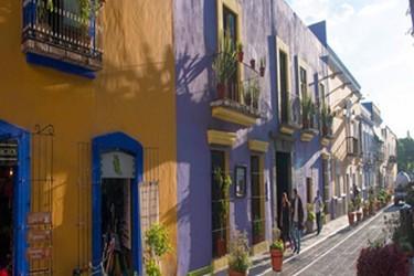 Avenida principal de tiendas de antigüedades y artesanías