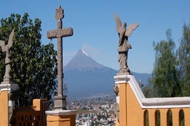 Desde el Atrio de la iglesia observa el popocatepetl