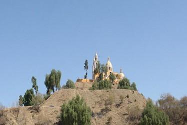 Vista de la iglesia de cholula sobre la piramide