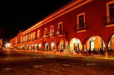 Vista nocturna de los portales en Tlaxcala.
