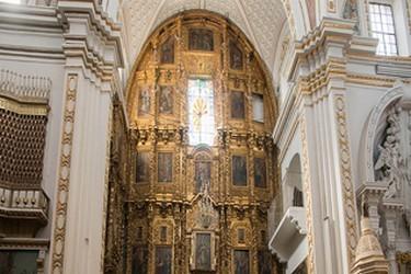 Interior de la Capilla franciscana bañada en Oro