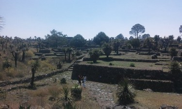 En la zona arqueologica hay calles adoquinadas que conducian a cultivos