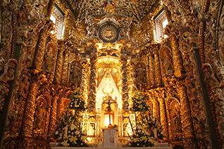 Interior de la Capilla bañada en Oro
