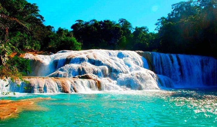 Una de las cascadas principales de agua azul en el que se puede observar su caracteristica agua cris