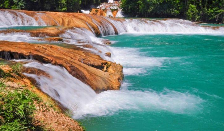 Una de las cascadas de agua azul observada desde uno de los distintos miradores ubicados en elparque