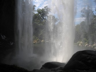 Vista detrás de la cascada