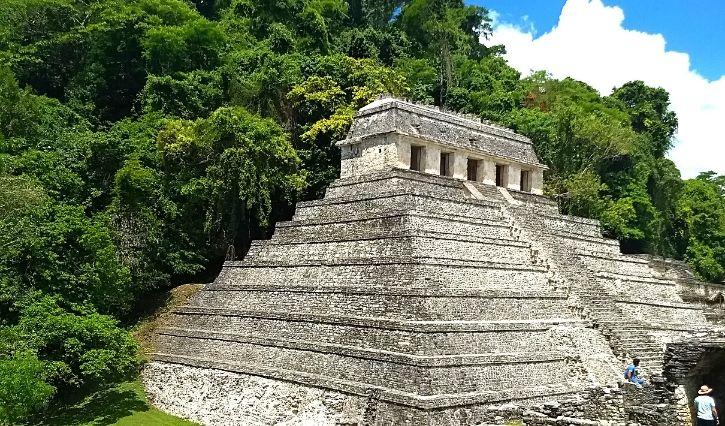 Vista panoramica de una de las piramides principales de las ruinas de Palenque