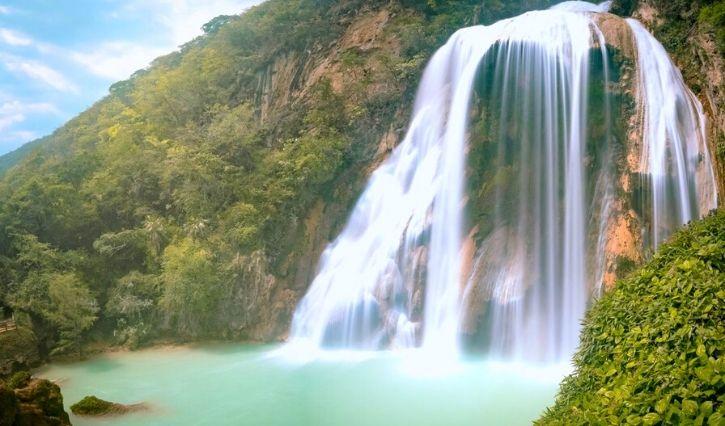 En esta foto podemos observar la magnifica caida de agua de la cascada de agua cristalina