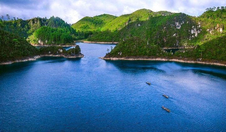Foto panoramica en la que podemos apreciar la belleza de este centro ecoturistico y sus aguas puras