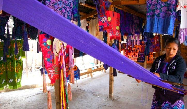 Local en Zinacantan que vende las artesanias realizadas en telar de cintura