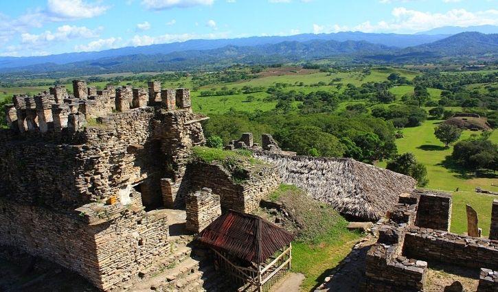 La zona arqueologica de Tonina tomada desde una perspectiva difetente