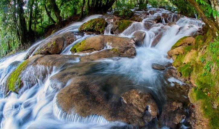 Se puede apreciar mas de cerca la caida de agua de la cascada