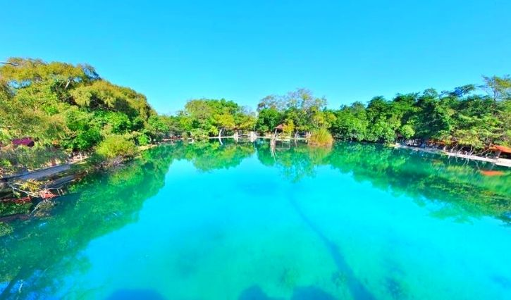 Vista panoramica de uno de los lagos en un dia soleado lleno de paz
