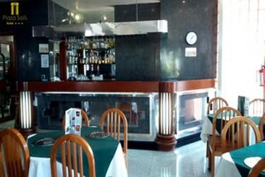 Disfruta de alimentos en el restaurante bar