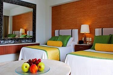 Vista interior de la habitación con dos camas matrimoniales