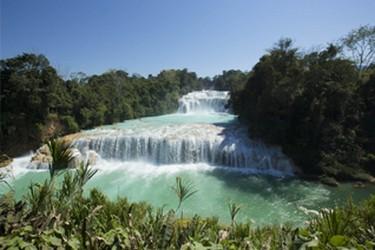 Maravillosa vista de las cascadas color turquesa
