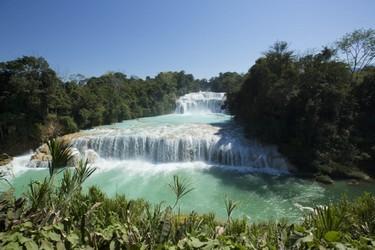 Magnifica vista de  las cascadas color turquesa