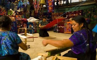 Mujeres tejiendo en telar de cintura
