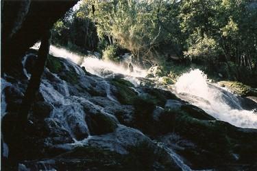 Caida de agua sobre rocas