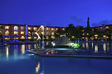 Vista exterior de noche del hotel Cozumel & Resort