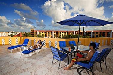 Área de camastros del Hotel Cozumel & Resort
