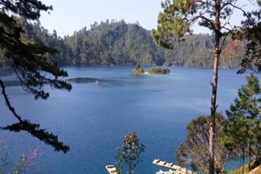 En el lago pojoj puedes ir en balsa hasta la pequeña isla