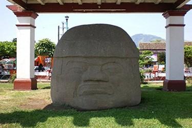 Colosal Cabeza Olmeca en Santiago