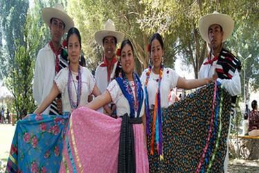 Poblanos usando la vestimenta tipica de la región