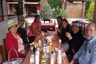 Personas disfrutando del mezcal originario de Oaxaca