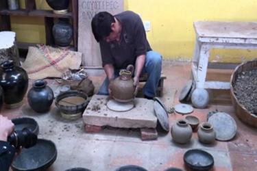 Artisan faisant pot avec de largile noire dans Coyotepec