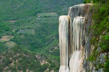 Sistema de cascatas petrificadas de origem natural