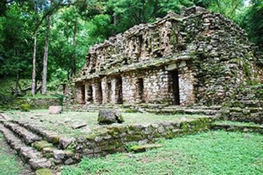 Yaxchilan palabra maya que  significa Piedras Verdes.