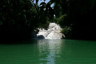 vista panorámica de la cascada, coloridos del agua aptos para un buen chapuzón.