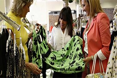 Clientes escogiendo prenda de vestir