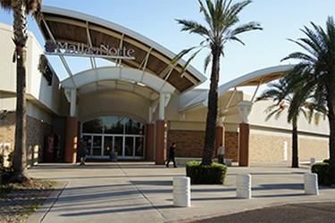 Acceso principal al centro comercial