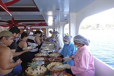 Personas sirviendose del buffet