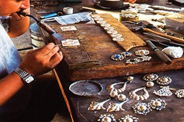 Artesano trabajando en plata