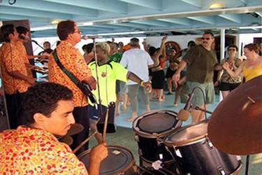 Personas bailando en el Catamarán