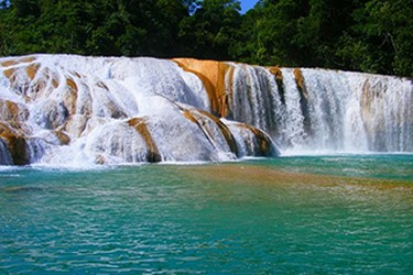 Agua de azul turquesa en la cascada principal