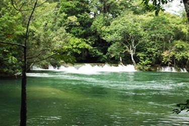 Río Lacanja en la selva Lacandona
