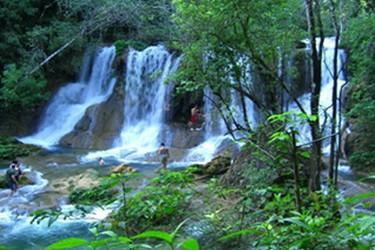 Vista panorámica de la cascada en la selva Lacandona