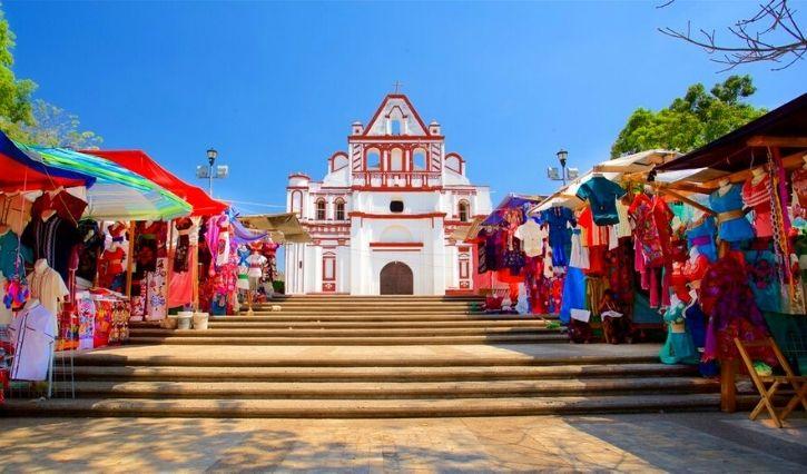 Pasaje de artesanias en el Templo de Santo Domingo