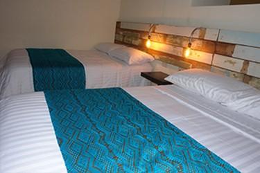 Vista interna de la habitación con 2 camas matrimoniales
