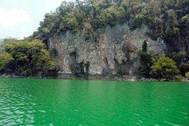 Laguna Metzabok en la selva Lacandona